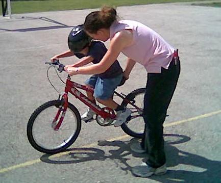 Enseñar a los pequeños a montar en bicicleta