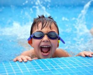 Clases de natación para niños pequeños