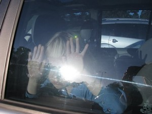 Peligros de dejar a los niños solos en el coche
