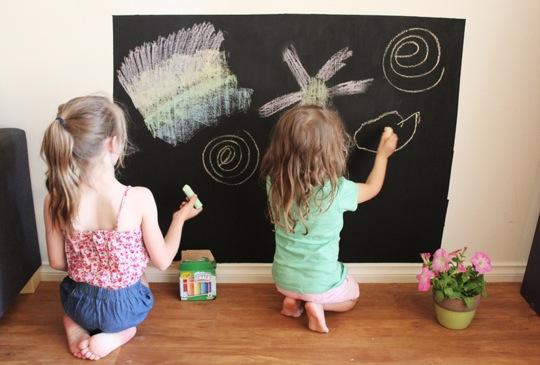 Coloca una pared de tiza o pizarras en tu casa para los ...